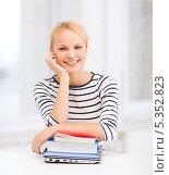 Купить «улыбающаяся студентка сложила руки на книги», фото № 5352823, снято 17 октября 2013 г. (c) Syda Productions / Фотобанк Лори