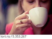Купить «Чашка капучино в женской руке», фото № 5353267, снято 12 августа 2013 г. (c) Светлана Мамонтова / Фотобанк Лори