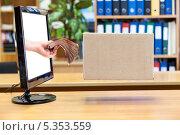 Купить «Виртуальные деньги и посылка», фото № 5353559, снято 1 декабря 2013 г. (c) Кекяляйнен Андрей / Фотобанк Лори