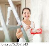 Купить «Женщина делает ремонт у себя дома», фото № 5357543, снято 26 сентября 2012 г. (c) Яков Филимонов / Фотобанк Лори