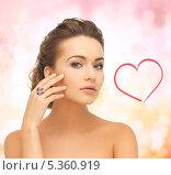 Купить «девушка с высокой прической и крупным кольцом на розовом фоне», фото № 5360919, снято 17 марта 2013 г. (c) Syda Productions / Фотобанк Лори
