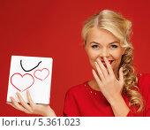 Купить «привлекательная блондинка с маленьким пакетом прикрыла рот рукой», фото № 5361023, снято 7 октября 2012 г. (c) Syda Productions / Фотобанк Лори