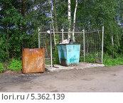 Купить «Мусорный контейнер на дороге, Ногинский район, Московская область», эксклюзивное фото № 5362139, снято 10 июня 2010 г. (c) lana1501 / Фотобанк Лори