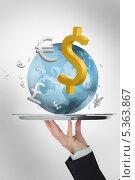 Waiter presenting the world and its currencies. Стоковое фото, агентство Wavebreak Media / Фотобанк Лори