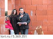 Купить «Пара с дочкой осматривают строительство своего дома», фото № 5369351, снято 21 января 2010 г. (c) Phovoir Images / Фотобанк Лори