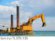 Купить «Желтый экскаватор на море», фото № 5370135, снято 31 августа 2013 г. (c) Наталия Евмененко / Фотобанк Лори