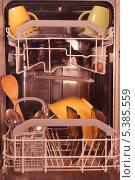 Посуда в посудомоечной машине, фото № 5385559, снято 13 декабря 2013 г. (c) Нина Карымова / Фотобанк Лори