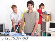 Купить «Трое соседей по общежитию заняты домашней работой», фото № 5387063, снято 2 июля 2010 г. (c) Phovoir Images / Фотобанк Лори