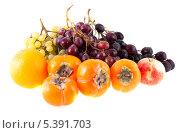 Купить «Фрукты на белом фоне, хурма, виноград и яблоко», фото № 5391703, снято 5 октября 2013 г. (c) Литвяк Игорь / Фотобанк Лори