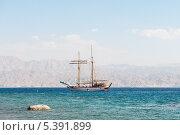 Купить «Яхта в Красном море. Юг Израиля, город Эйлат», фото № 5391899, снято 13 ноября 2013 г. (c) Александр Овчинников / Фотобанк Лори