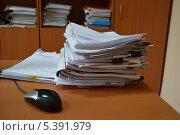 Работа в офисе. Бумаги на столе. Стоковое фото, фотограф Надежда Мельникова / Фотобанк Лори
