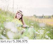Купить «Девочка среди ромашек», фото № 5396975, снято 20 июня 2013 г. (c) Майя Крученкова / Фотобанк Лори