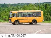 Купить «Школьный автобус с детьми на перекрестке», эксклюзивное фото № 5400067, снято 24 мая 2013 г. (c) Алёшина Оксана / Фотобанк Лори