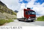 Купить «Грузовой автомобиль на горной дороге», фото № 5401571, снято 4 июля 2013 г. (c) Дмитрий Калиновский / Фотобанк Лори