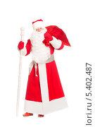 Купить «Мужчина в красном костюме Деда Мороза с посохом и мешком с подарками на плече. Изолированно на белом», фото № 5402487, снято 17 октября 2013 г. (c) Сергей Сухоруков / Фотобанк Лори