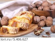 Восхитительный кекс и грецкие орехи в деревянной чашке. Стоковое фото, фотограф Денис Афонин / Фотобанк Лори