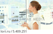 Купить «Businesswoman drinking cup of coffee smiling at camera», видеоролик № 5409251, снято 18 октября 2019 г. (c) Wavebreak Media / Фотобанк Лори
