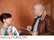 Купить «Коллектор пытается забрать долги у девушки», фото № 5412151, снято 14 декабря 2011 г. (c) Яков Филимонов / Фотобанк Лори