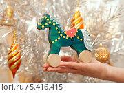 У новогодней елки зеленая лошадь- символ 2014 года, фото № 5416415, снято 15 декабря 2013 г. (c) Юлия Кузнецова / Фотобанк Лори