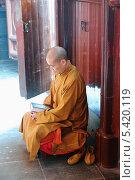 Купить «Медитирующий монах, Храм Нефритового Будды. Шанхай, Китай», фото № 5420119, снято 18 ноября 2013 г. (c) Андрей Пашков / Фотобанк Лори