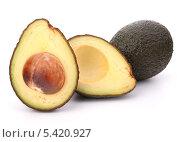 Разрезанный пополам плод авокадо с косточкой. Стоковое фото, фотограф Natalja Stotika / Фотобанк Лори