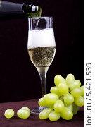 Купить «Бокал с шампанским и виноград на темном фоне», эксклюзивное фото № 5421539, снято 31 января 2012 г. (c) Яна Королёва / Фотобанк Лори