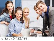 студенты с планшетным компьютером улыбаются в камеру. Стоковое фото, фотограф Syda Productions / Фотобанк Лори