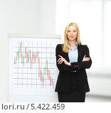 Купить «деловая девушка стоит со скрещенными руками возле доски с диаграммой», фото № 5422459, снято 13 июня 2013 г. (c) Syda Productions / Фотобанк Лори
