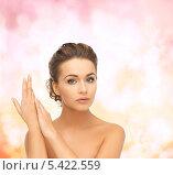 Купить «женщина с высокой прической сложила руки у лица на розовом фоне», фото № 5422559, снято 17 марта 2013 г. (c) Syda Productions / Фотобанк Лори