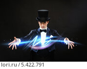 Купить «фокусник показывает трюк с молнией», фото № 5422791, снято 12 сентября 2013 г. (c) Syda Productions / Фотобанк Лори
