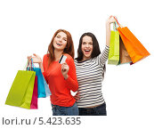 Купить «две подруги с пакетами покупок смеются в камеру», фото № 5423635, снято 27 ноября 2013 г. (c) Syda Productions / Фотобанк Лори