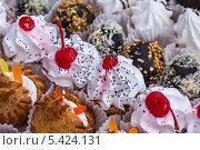 Купить «Фон из различных свежих аппетитных пирожных. Фокус в центре», фото № 5424131, снято 22 декабря 2013 г. (c) Владимир Сергеев / Фотобанк Лори