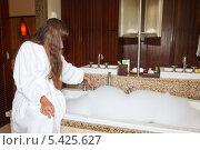 Купить «Девушка в белом халате наливает воду в ванну», фото № 5425627, снято 22 ноября 2019 г. (c) Mikhail Starodubov / Фотобанк Лори