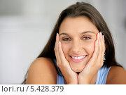 Купить «Красивая улыбающаяся девушка», фото № 5428379, снято 6 декабря 2002 г. (c) Phovoir Images / Фотобанк Лори