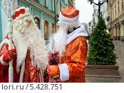 Купить «Деды Морозы разговаривают друг с другом на улице города Москвы», фото № 5428751, снято 22 декабря 2013 г. (c) Николай Винокуров / Фотобанк Лори