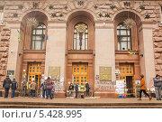 Купить «Протестующие, контролирующие главный вход в мэрию, Киев, Украина», фото № 5428995, снято 19 декабря 2013 г. (c) Алексей Сергеев / Фотобанк Лори