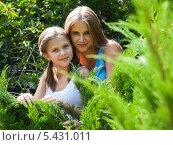 Старшая и младшая сестра на прогулке среди кустов. Стоковое фото, фотограф Игорь Низов / Фотобанк Лори