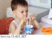 Купить «Маленький мальчик пьет из трубочки сок», фото № 5431387, снято 22 декабря 2013 г. (c) Айнур Шауэрман / Фотобанк Лори