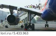 Купить «Пассажиры выходят из самолета», видеоролик № 5433963, снято 26 декабря 2013 г. (c) Игорь Жоров / Фотобанк Лори