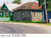 Купить «Пустой деревенский дом на повороте», эксклюзивное фото № 5438799, снято 24 мая 2013 г. (c) Алёшина Оксана / Фотобанк Лори