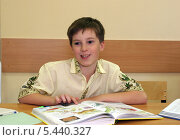 Купить «Мальчик в школе за партой с книгами», эксклюзивное фото № 5440327, снято 2 августа 2006 г. (c) Ирина Терентьева / Фотобанк Лори