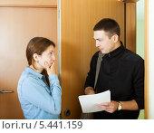 Купить «Коллектор пытается получить задолженность у молодой женщины», фото № 5441159, снято 18 сентября 2019 г. (c) Яков Филимонов / Фотобанк Лори