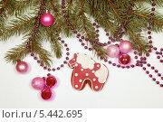 Купить «Ветки ели с игрушками и пряничная лошадка на столе», фото № 5442695, снято 30 декабря 2013 г. (c) Юлия Кузнецова / Фотобанк Лори