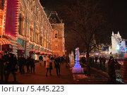 Купить «Ледяные скульптуры около ГУМа на Красной площади в Москве», эксклюзивное фото № 5445223, снято 14 декабря 2013 г. (c) Алёшина Оксана / Фотобанк Лори