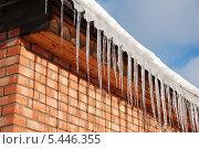 Купить «Весенние сосульки свисают с крыши», эксклюзивное фото № 5446355, снято 7 марта 2011 г. (c) lana1501 / Фотобанк Лори