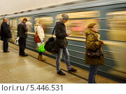 Молодой человек с мобильным телефоном в метро (2012 год). Редакционное фото, фотограф Елена Коромыслова / Фотобанк Лори