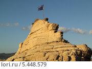 Купить «Флаг на скале (Закинтос, Греция)», фото № 5448579, снято 4 июня 2013 г. (c) Хименков Николай / Фотобанк Лори