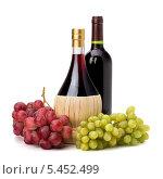 Купить «Две бутылки с вином и гроздья винограда», фото № 5452499, снято 9 марта 2011 г. (c) Natalja Stotika / Фотобанк Лори