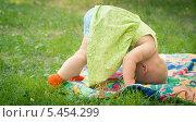 Утренняя гимнастика, маленькая девочка кувыркается через голову. Стоковое фото, фотограф Марина Гуменюк / Фотобанк Лори