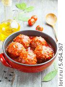 Купить «Мясные фрикадельки с рисом в томатном соусе в керамической форме», фото № 5454367, снято 5 января 2014 г. (c) Надежда Мишкова / Фотобанк Лори